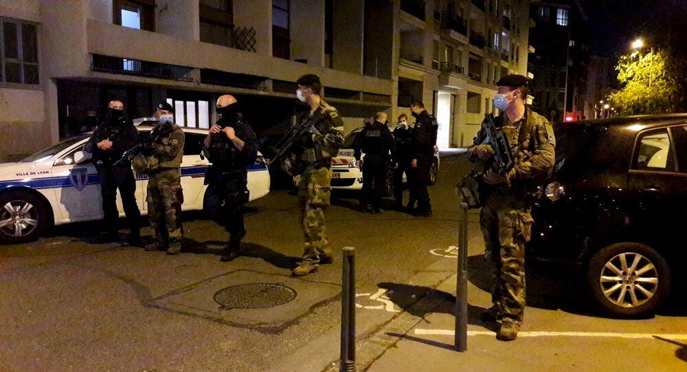 Policiais cercam local onde padre ortodoxo foi baleado na cidade de Lyon, no sudoeste da França.
