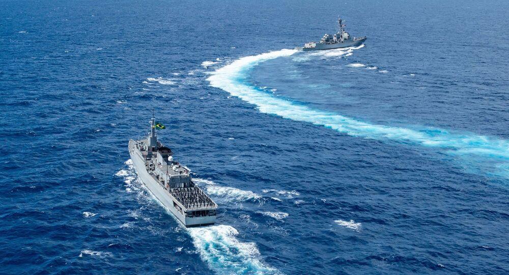 O destróier de mísseis guiados USS William P. Lawrence (DDG 110) e o Navio-Escola (NE) Brasil (U27) conduzem exercício de passagem (PASSEX) no mar do Caribe