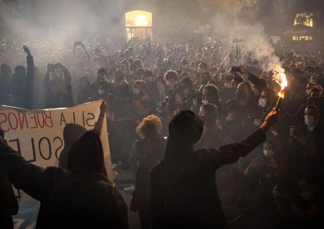 Em Barcelona, na Espanha, em 31 de outubro de 2020, manifestantes participam de protesto contra prisões após detenção de diversas pessoas em manifestação contra a quarentena da COVID-19 no dia anterior