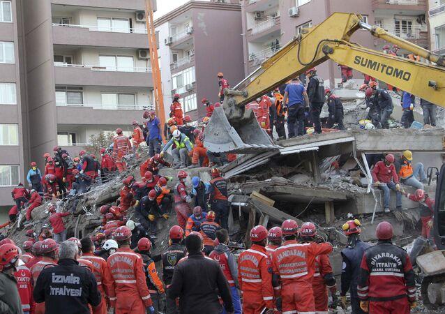 Em Izmir, na Turquia, em 1º de novembro de 2020, grupos de resgate tentam encontrar sobreviventes nos escombros de um prédio que desabou após um terremoto na região