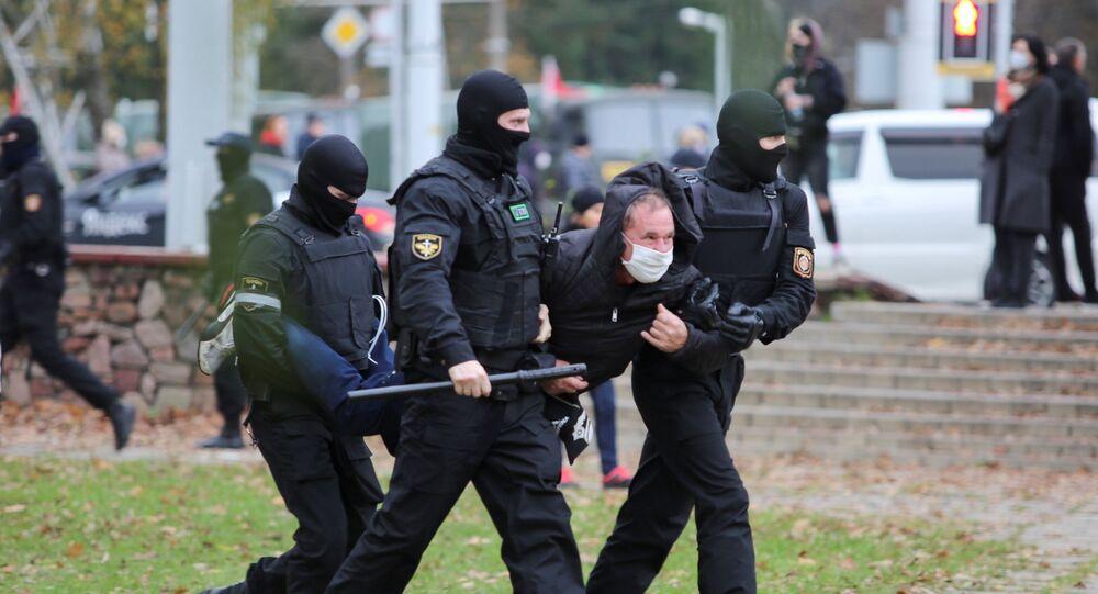 Em Minsk, na Bielorrússia, policiais carregam um manifestante durante um protesto da oposição contra os resultados eleitorais, em 1º de outubro de 2020