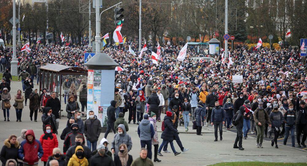 Em Minsk, na Bielorrússia, manifestantes da oposição realizam protesto contra os resultados da eleição presidencial (arquivo)