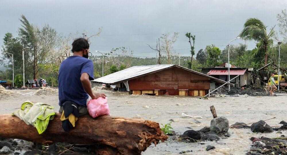 Em Daraga, nas Filipinas, um homem observa sua casa submersa durante inundação causada pela passagem do tufão Goni, em 1º de novembro de 2020