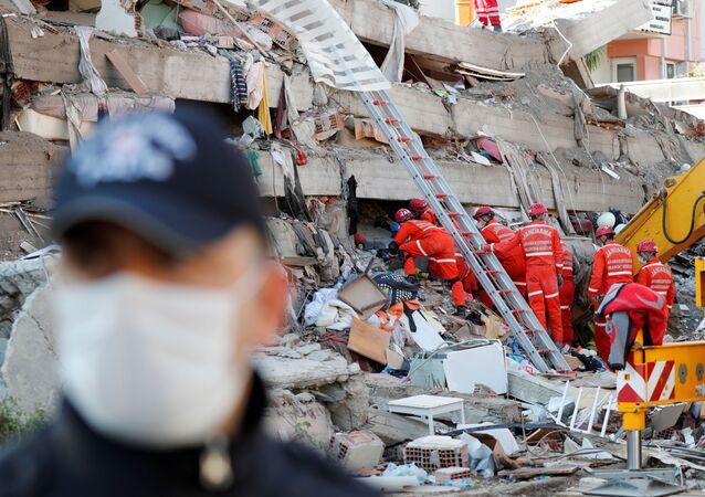 Operações de resgate após o terremoto que sacudiu o mar Egeu, no litoral da província de Izmir, na Turquia.