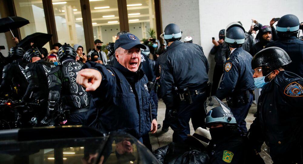 Um oficial da NYPD dá instruções a seus membros enquanto eles detêm alguns manifestantes durante uma marcha contra a extrema direita e a administração Trump no bairro de Manhattan na cidade de Nova York, EUA, 1º de novembro de 2020
