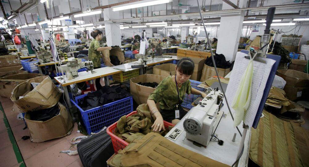 Mulher trabalha em mochilas militares na linha de produção de uma fábrica de equipamentos de armas de fogo Yakeda Tactical Gear Co, que exporta a maioria de seus produtos para os EUA, em Guangzhou, província de Guangdong, China, 1º de junho de 2019