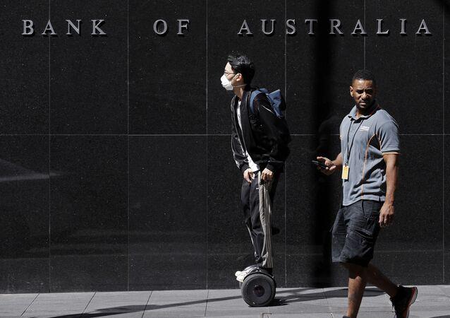 Pedestres diante da sede do Banco da Reserva da Austrália