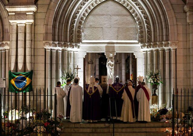 Padre da basílica de Notre-Dame de Nice, Franklin Parmentier, reza durante missa em homenagem às vítimas do atentado na cidade, 1º de novembro de 2020