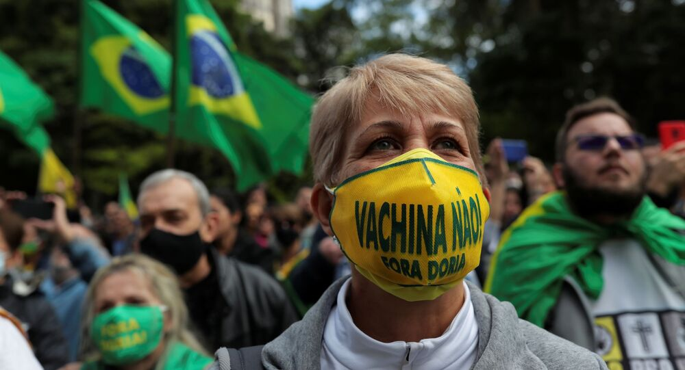Manifestante participa de ato contra a aplicação mandatória de vacina contra a COVID-19 em São Paulo, 1º de novembro de 2020