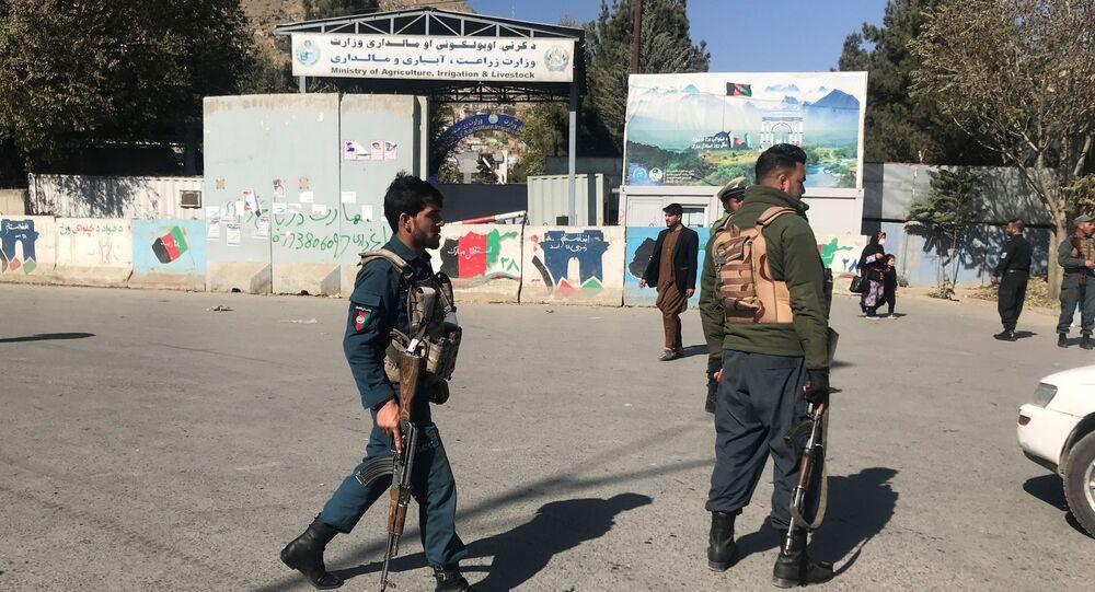 Policiais afegãos vigiam redondezas de local de ataque em Cabul, Afeganistão, 2 de novembro de 2020