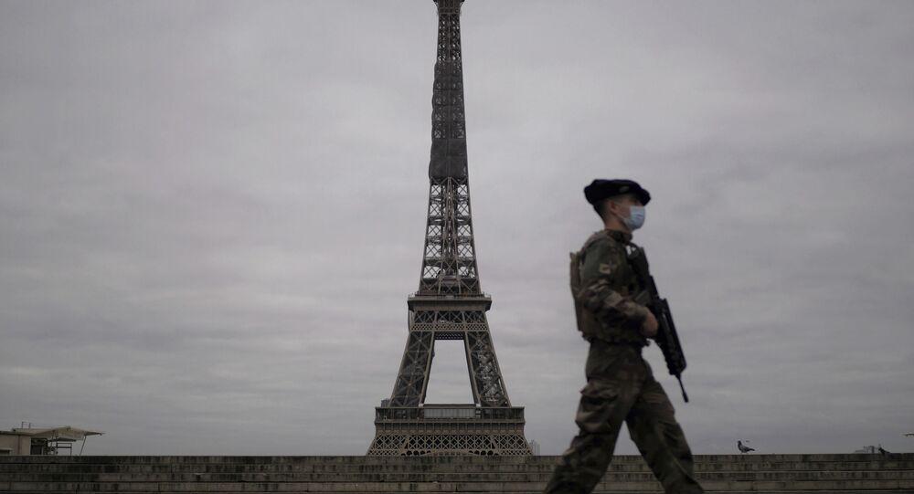 Soldado francês passa diante da Torre Eiffel em Paris