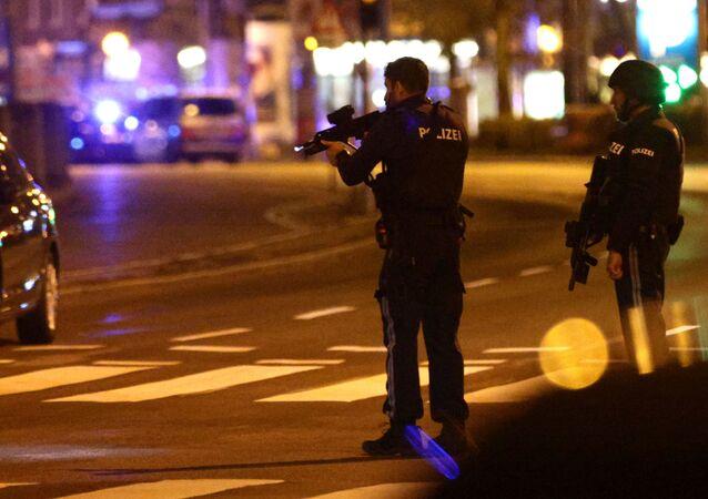 Em Viena, na Áustria, policiais bloqueio uma rua na região central da cidade após um tiroteio, em 2 de novembro de 2020