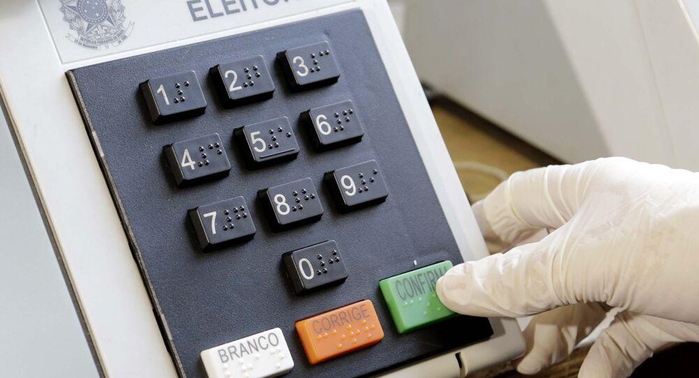 Funcionários do TRE começam a lacrar e carregar as urnas eletrônicas para serem utilizadas nas eleições municipais de 2020