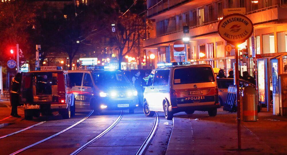 Em Viena, a polícia bloqueia uma rua próxima da região central após um tiroteio, em 2 de novembro de 2020