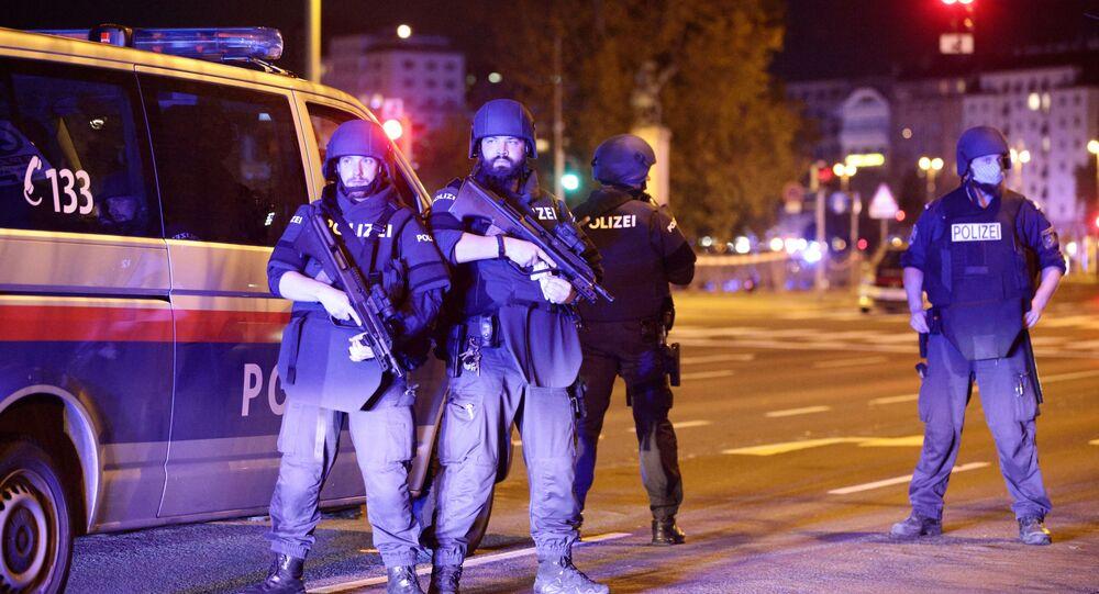 Em Viena, policiais armados bloqueiam uma rua na região central da cidade após tiroteio na região, em 2 de novembro de 2020