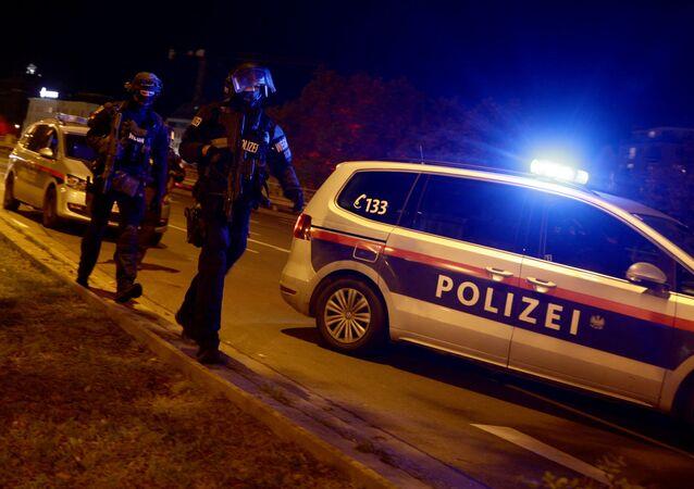 Em Viena, policiais armados bloqueiam uma rua na região central da capital austríaca após ataques terroristas no local, em 2 de novembro de 2020