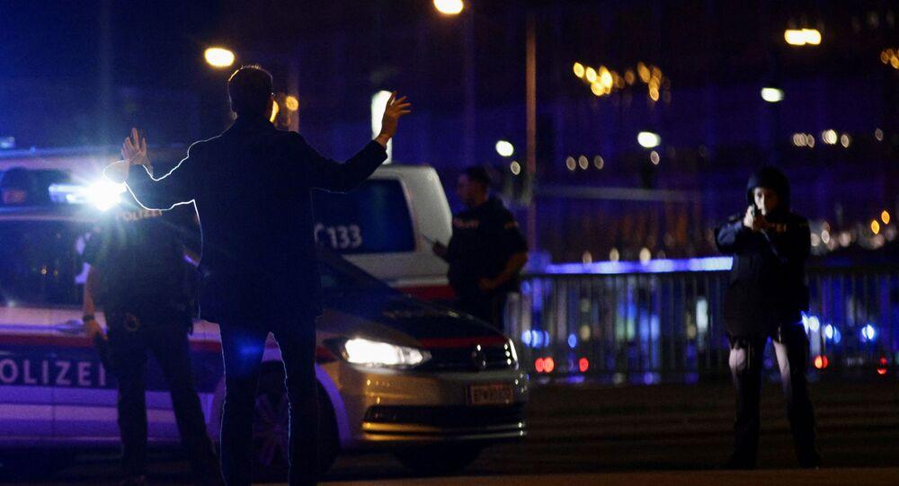 Policiais fazem operação após tiroteio no centro de Viena, na Áustria, em 2 de novembro de 2020.
