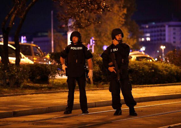Polícia bloqueia rua em Viena após tiroteios em 2 de novembro, 2020.