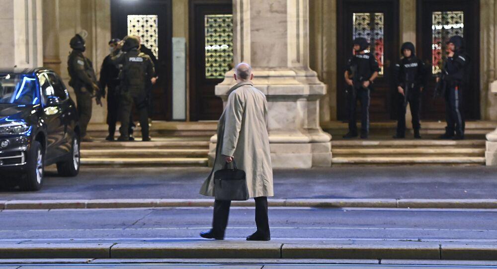 Polícia faz cerco em frente a teatro em Viena após ataques em 2 de novembro de 2020.