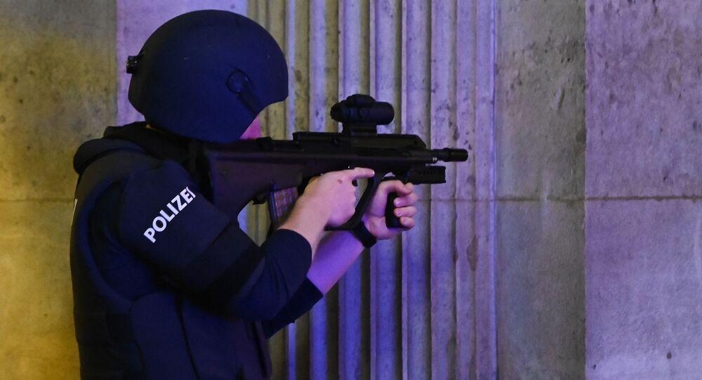 Policial austríaco faz a guarda da Ópera Estatal de Viena, no centro da capital austríaca, 2 de novembro de 2020