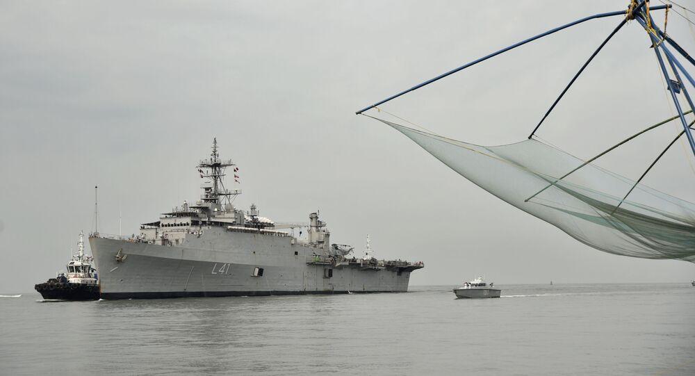 Navio de guerra indiano INS Jalashwa carregando indianos que ficaram retidos nas Maldivas devido ao lockdown contra a pandemia da COVID-19, chega a Kochi, Índia, em 10 de maio de 2020