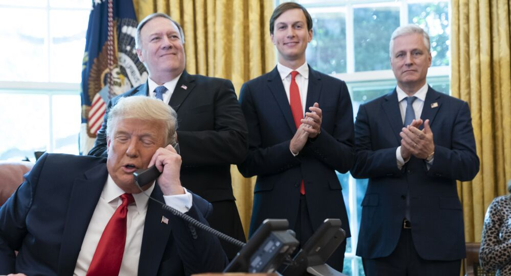 Presidente dos EUA, Donald Trump, conversa por telefone com líderes de Sudão e Israel na Casa Branca, Washington (EUA), 23 de outubro de 2020