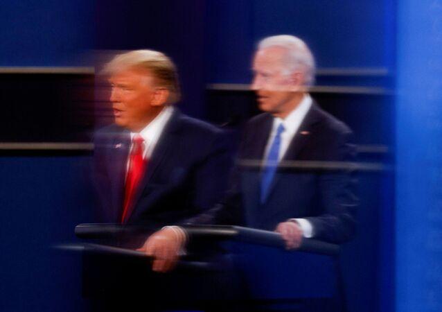 Presidente atual dos EUA, Donald Trump, e candidato à presidência Joe Biden durante debates presidenciais em Nashville, Tennessee, em 22 de outubro de 2020 (foto de arquivo)