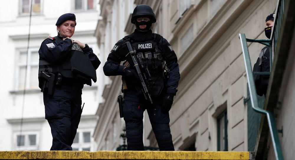 Policiais patrulham as ruas de Viena, na Áustria.