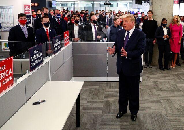 O presidente dos EUA, Donald Trump, cumprimenta os membros da equipe enquanto visita sua sede de campanha presidencial no dia da eleição em Arlington, Virgínia, EUA, 3 de novembro de 2020.