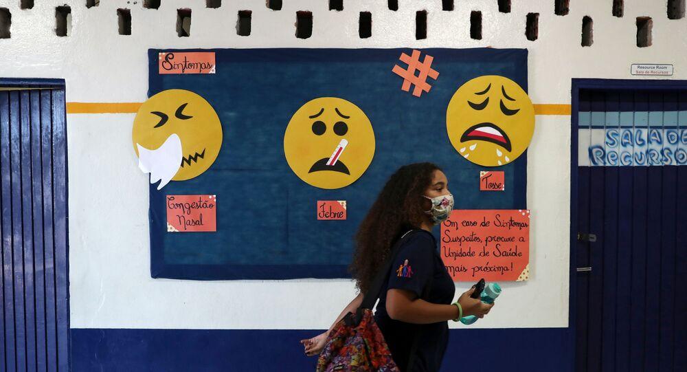 Estudante comparece às aulas presenciais em escola estadual em São Paulo, 3 de novembro de 2020