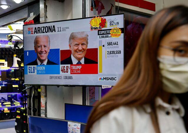 Relatório sobre eleições dos EUA em uma tela na rua de Hong Kong, 4 de novembro de 2020