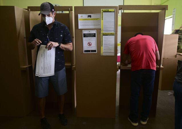 Eleitores votam em San Juan, capital de Porto Rico, em 3 de novembro