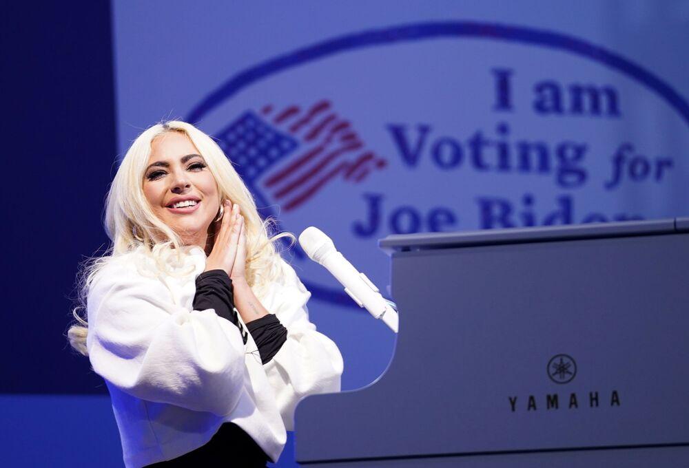 Lady Gaga faz show durante comício de campanha realizado pelo candidato do Partido Democrata e ex-vice-presidente Joe Biden em Pittsburgh, Pensilvânia, EUA, 2 de novembro de 2020