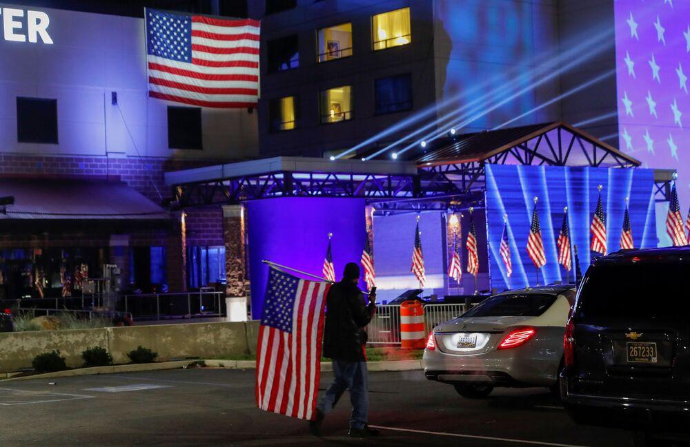 Apoiador de Joe Biden com bandeira no dia das eleições do presidente no estado de Delaware, EUA