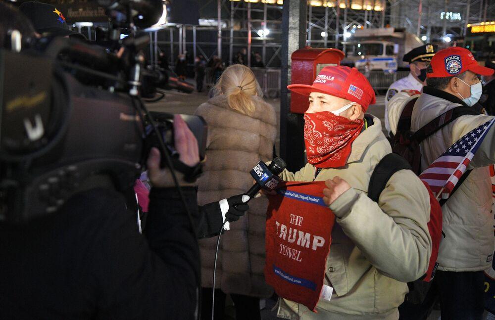 Apoiador de Donald Trump fala com jornalistas ao lado da Trump Tower, em Nova York, no dia das eleições do presidente dos EUA