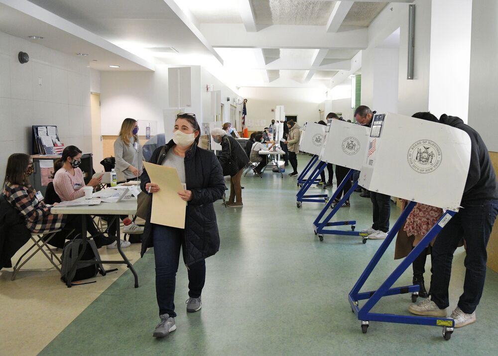Eleitores durante a votação nas presidenciais dos EUA em uma das zonas eleitorais em Nova York