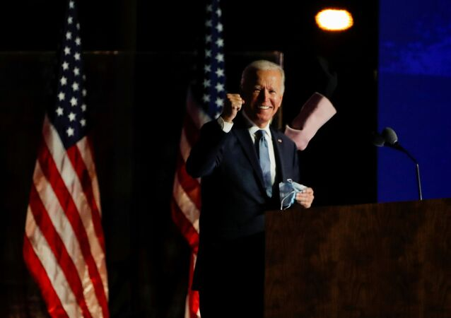 Candidato a presidente dos EUA, Joe Biden, levanta seu punho direito em sinal de esperança em vencer a eleição presidencial americana de 2020