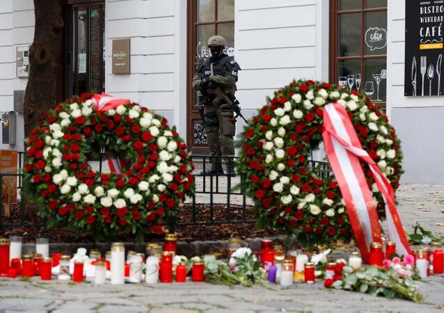 Coroas de flores depositadas no local do atentado do dia 2 de novembro em Viena, Áustria