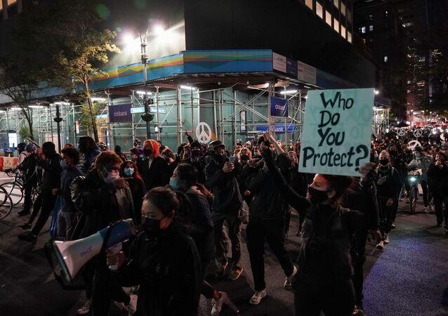 Manifestantes vão às ruas da cidade de Nova York durante a apuração dos votos da corrida presidencial entre Donald Trump e Joe Biden.