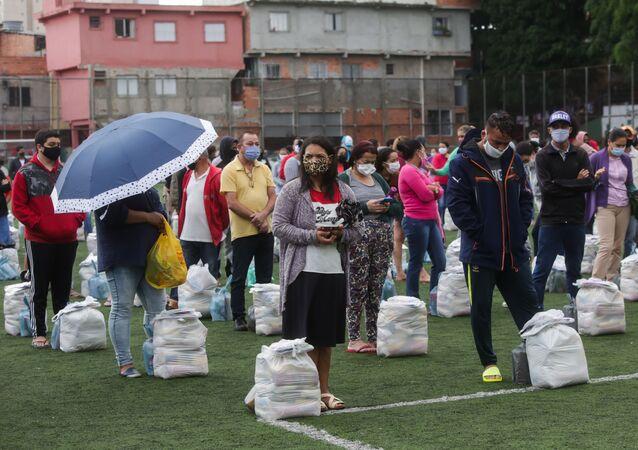 Em São Paulo, moradores da favela de Paraisópolis recebem mil cestas básicas em ação organizada pela grupo G10 das favelas, em 22 de outubro de 2020
