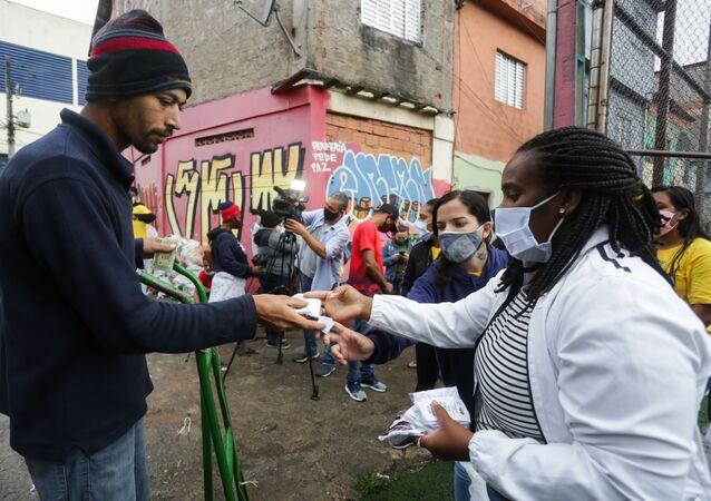 Em São Paulo, moradores da favela de Paraisópolis recebem mil cestas básicas em ação organizada pelo grupo G10 das favelas contra efeitos sociais da pandemia da COVID-19, em 22 de outubro de 2020