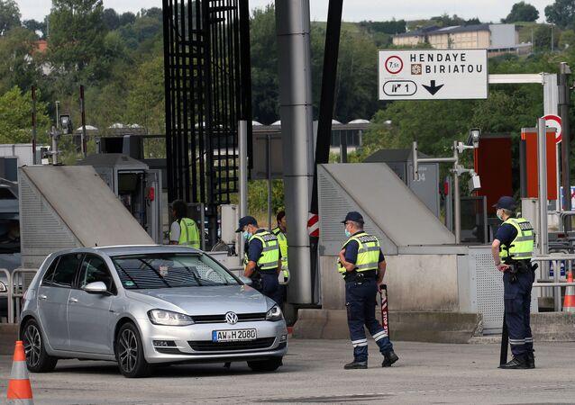 Guardas fronteiriços franceses revistam caminhão na fronteira entre Espanha e França