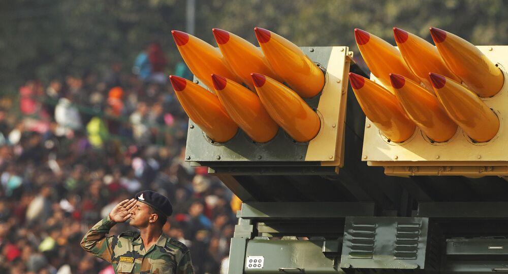Soldado indiano faz saudação perto do lançador múltiplo de foguetes Pinaka