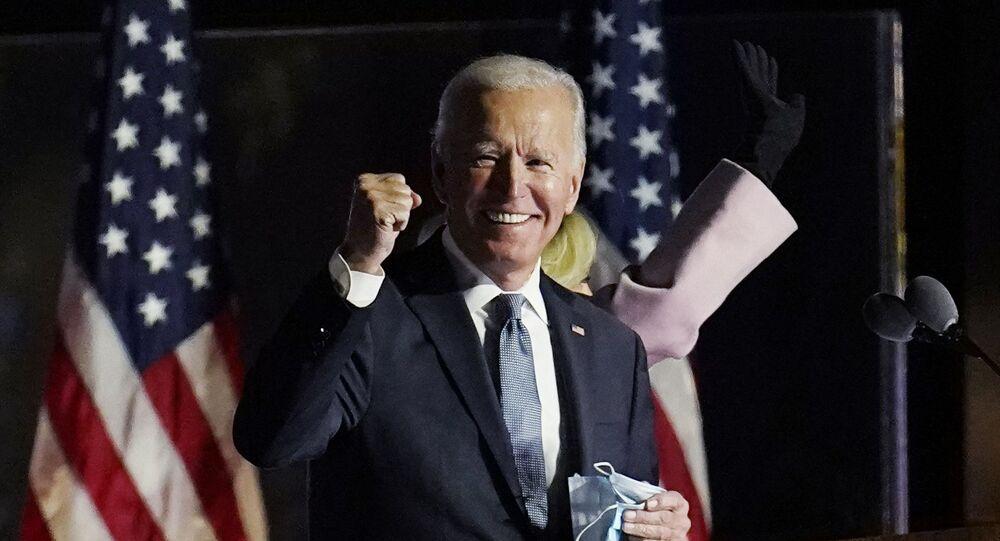 Candidato democrata e ex-vice-presidente Joe Biden fala para apoiadores durante apuração das eleições