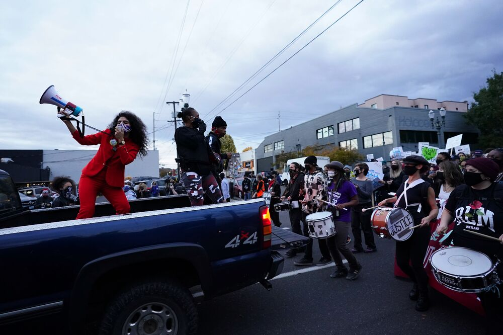 Pessoas marcham durante protesto após as eleições americanas de 3 de novembro em Portland, EUA
