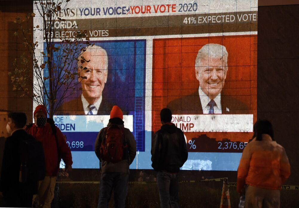 Americanos observam os resultados das eleições no estado da Flórida a partir de Washington, EUA