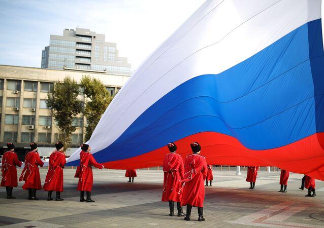 Cerimônia solene do hasteamento da bandeira nacional da Rússia por militares das tropas cossacas de Kuban durante o Dia da União Popular em Krasnodar, Rússia