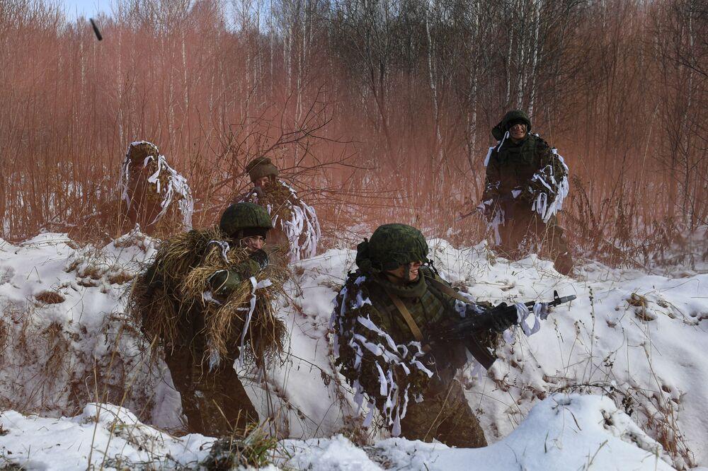 Cadetes da Escola Superior Militar de Comando de Novossibirsk durante formação tática especializada em polígono de treinamento na Rússia