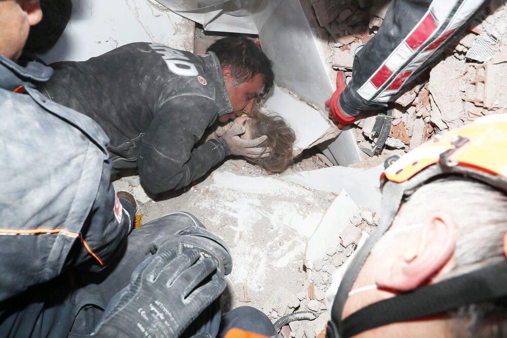 Equipes de resgate retiram a menina Ayda Gezgin, de 4 anos, de escombros de um prédio após terremoto atingir a cidade portuária do mar Egeu de Izmir, na Turquia