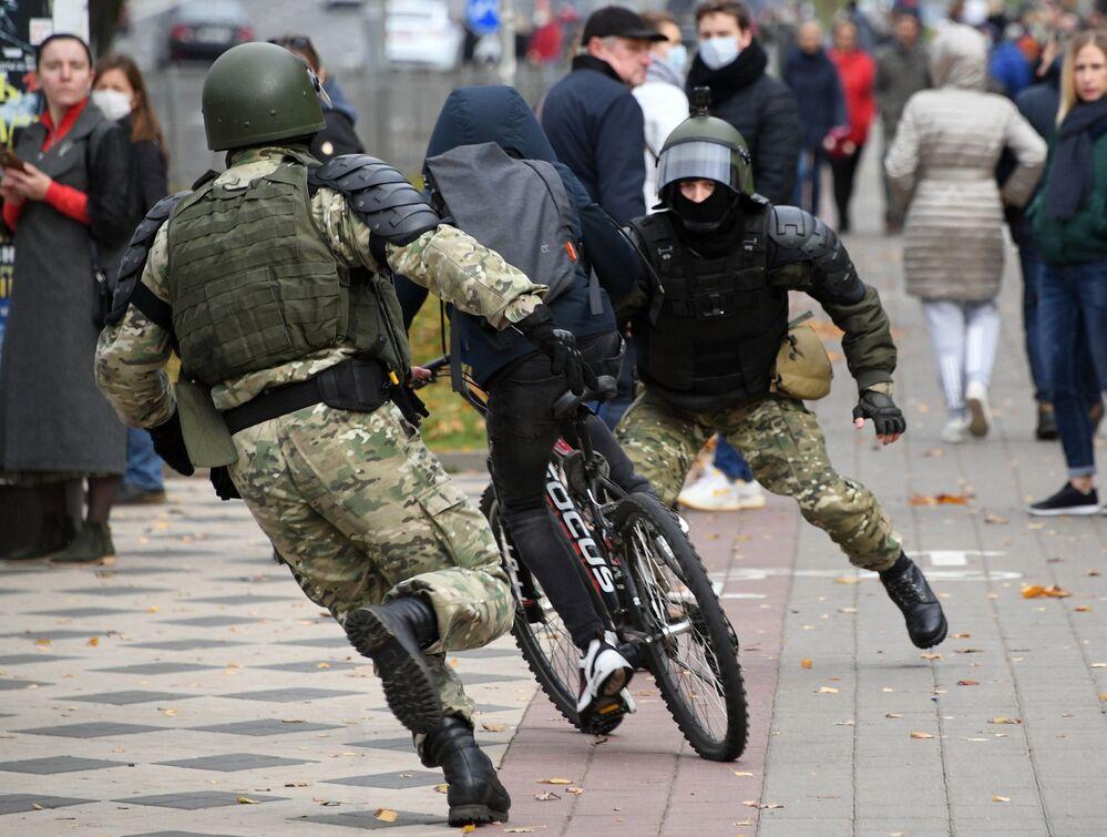 Agentes das forças de segurança bielorrussos tentam deter um cidadão durante protesto ilegal em Minsk, Bielorrússia